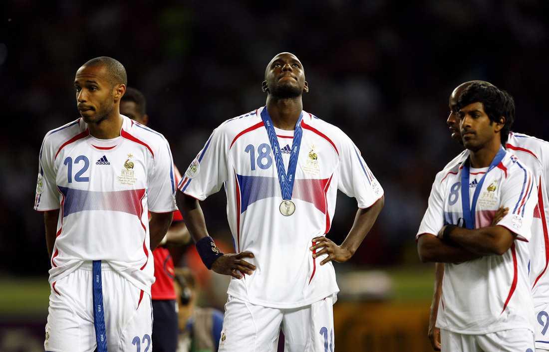 Vikash Dhorasoo bredvid Thierry Henry och Alou Diarra efter finalförlusten mot Italien