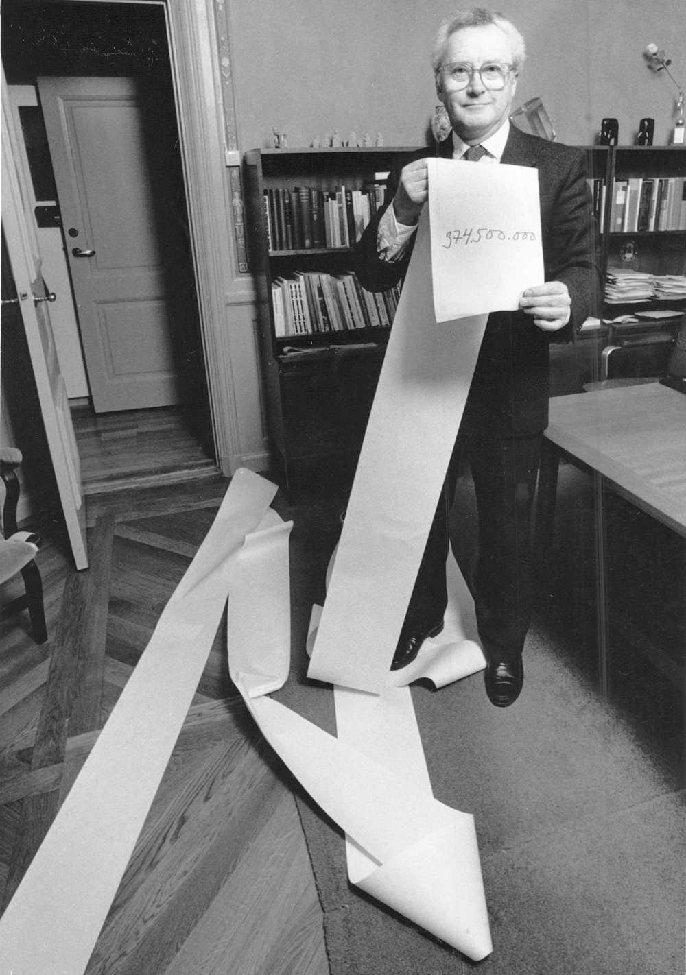 """1981 Kjell-Olof Feldt inledde tradition med budgetpromenaderna. """"Det skulle nog aldrig ha fallit Gunnar Sträng att göra något liknande, säger ministerkollegan Bosse Ringholm."""