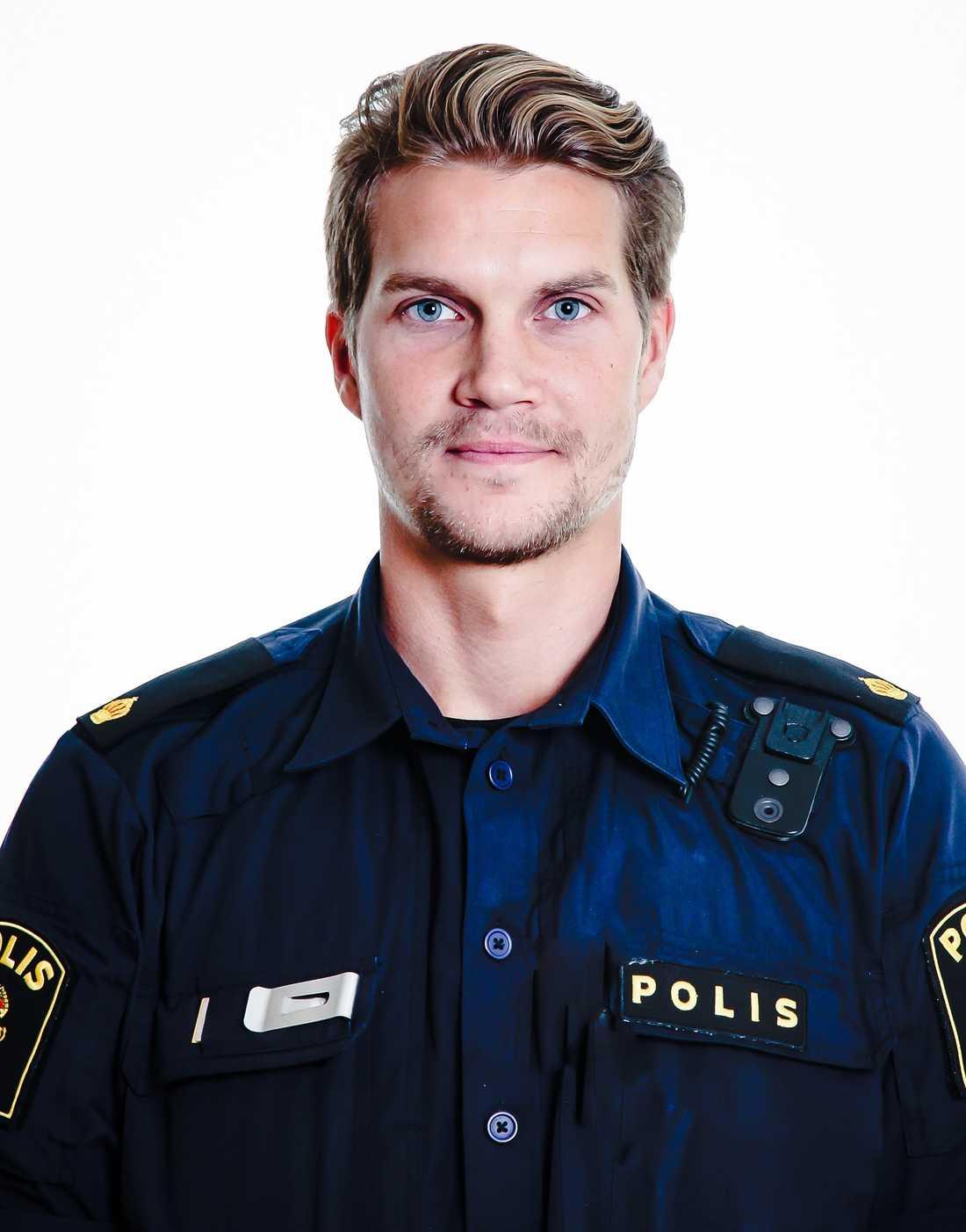 """""""Det är många som hör av sig, från hela landet. Det är omtumlande, men känns bra"""", säger polisen Ted Eriksson, 33."""