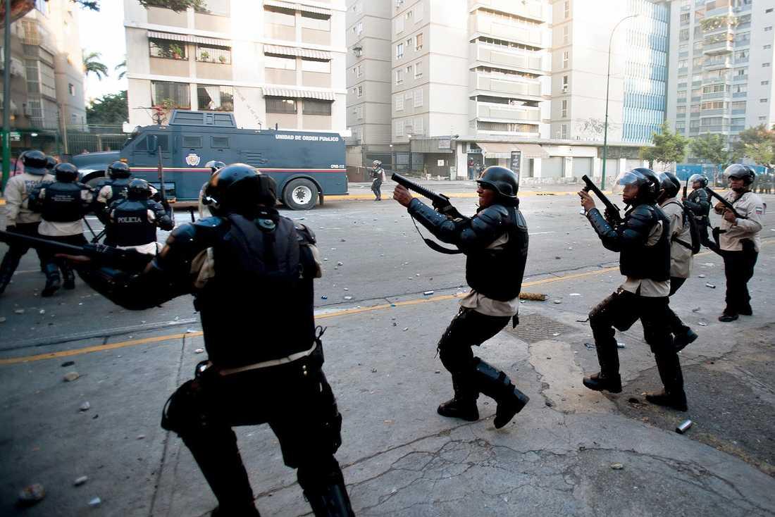 Polis sätter in tårgas mot demonstranterna.