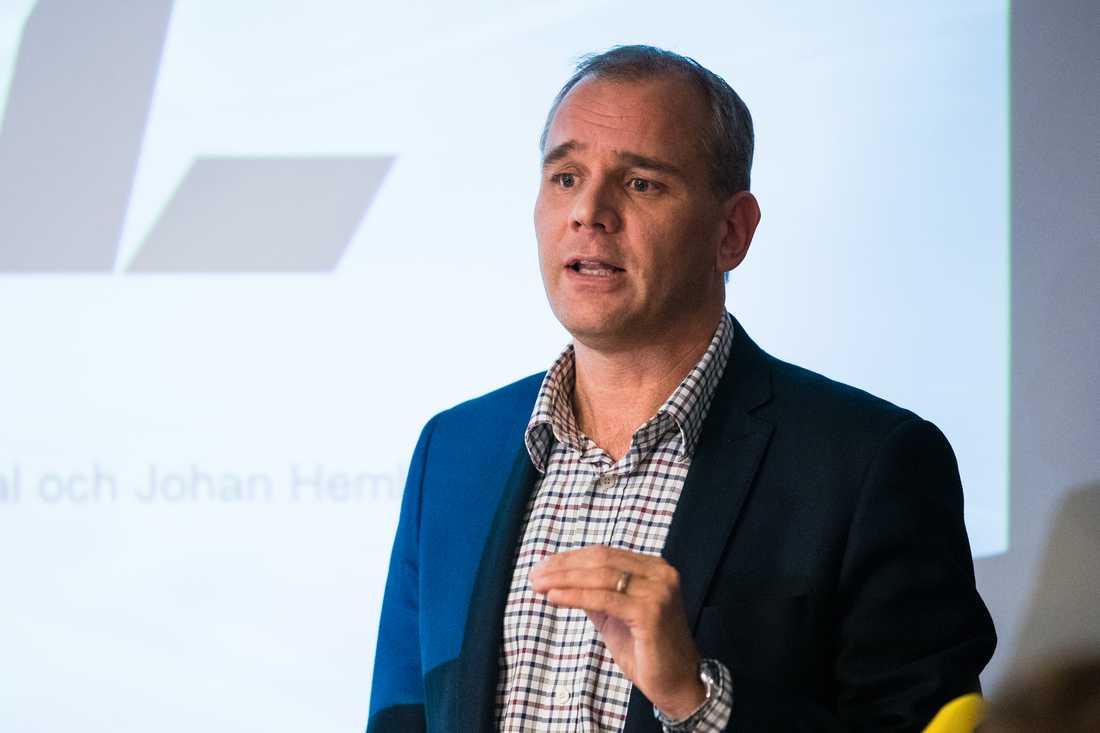 Johan Hemlin, SHL:s sportchef, menar att slarvet med halsskydd måste få ett slut.