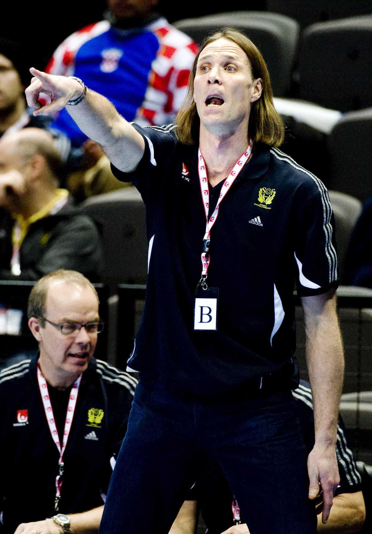 Tyska miljardären Dietmar Hopp försöker locka Sveriges förbundskapten Staffan Olsson till tyska storlaget RNL. Olsson har fått ett kontrakt att ta ställning till.