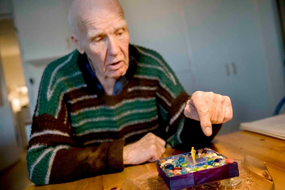 """Nils, 92, har bygg enligt honom """"världens minsta staty""""."""