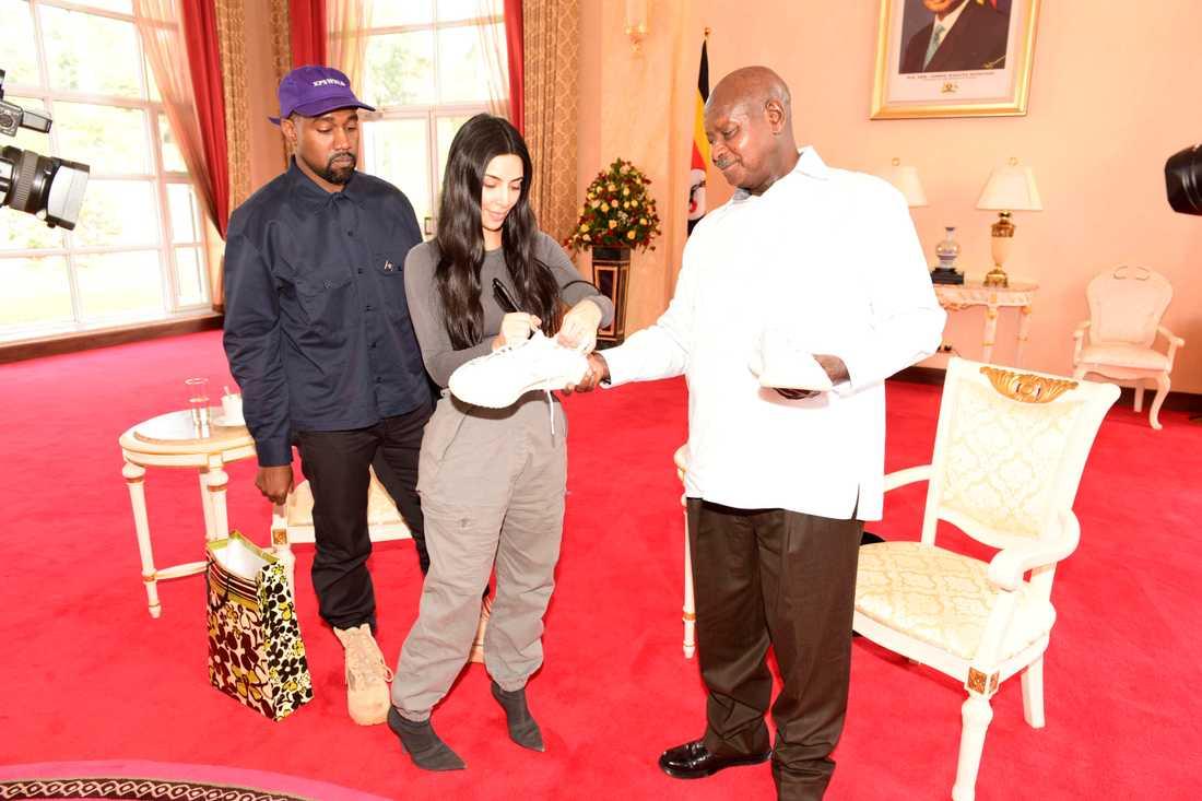 Kim Kardashian signerar skorna.
