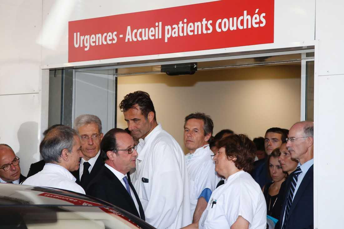 Frankrikes president Francois Hollande lämnar Pasteur Hospital dagen efter terrorattacken i Nice.