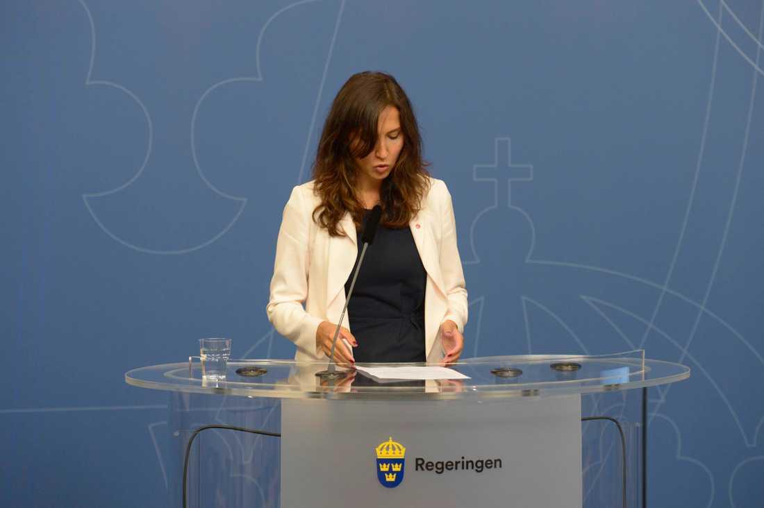 Hadzialic meddelade att hon avgår under en blixtinkallad pressträff på Rosenbad.