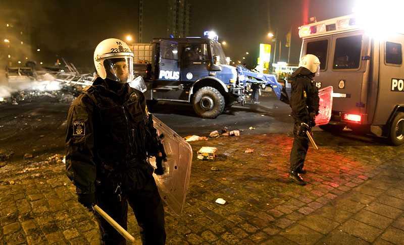 Poliser under nattens upplopp.