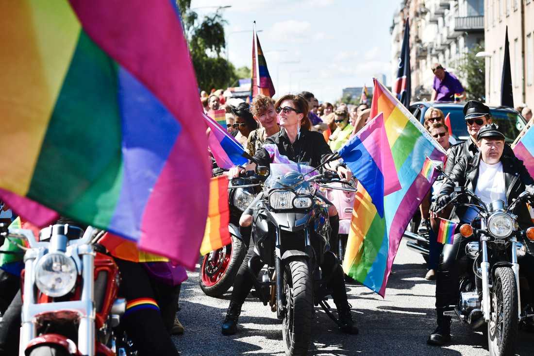 """Som vanligt var det kvinnliga motorcyklister – """"dykes on bikes"""" – i täten i prideparaden i Stockholm. Paraden startade vid Stadshuset och slutade vid Östermalms IP."""