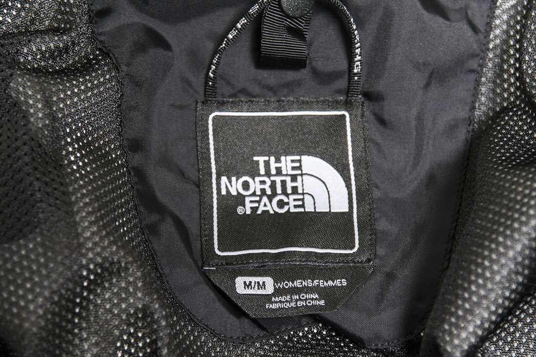 Damjacka från North face. Innehåller: PFOA, 1,6  mikrogram per kvadratmeter, och PFC-kemikalier, 3,4 mikrogram per kvadratmeter.