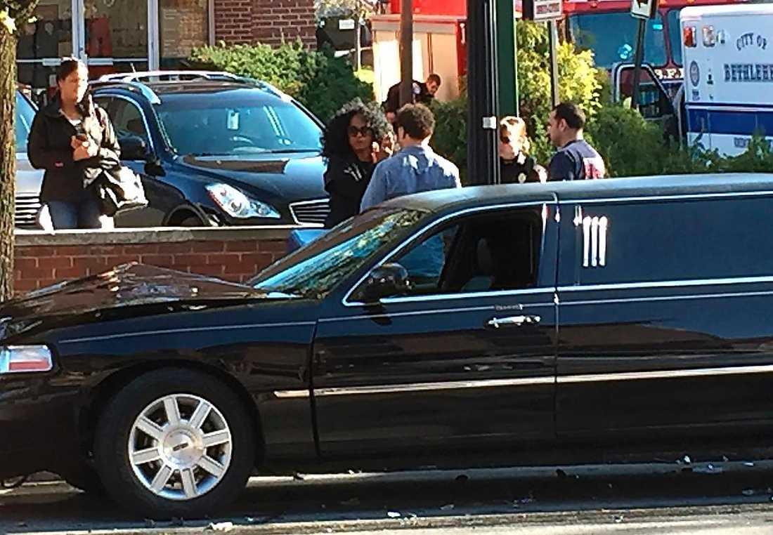 Diana Ross vid sin limousin som krockade med en bil som körde förbi ett rödljus i förrgår.