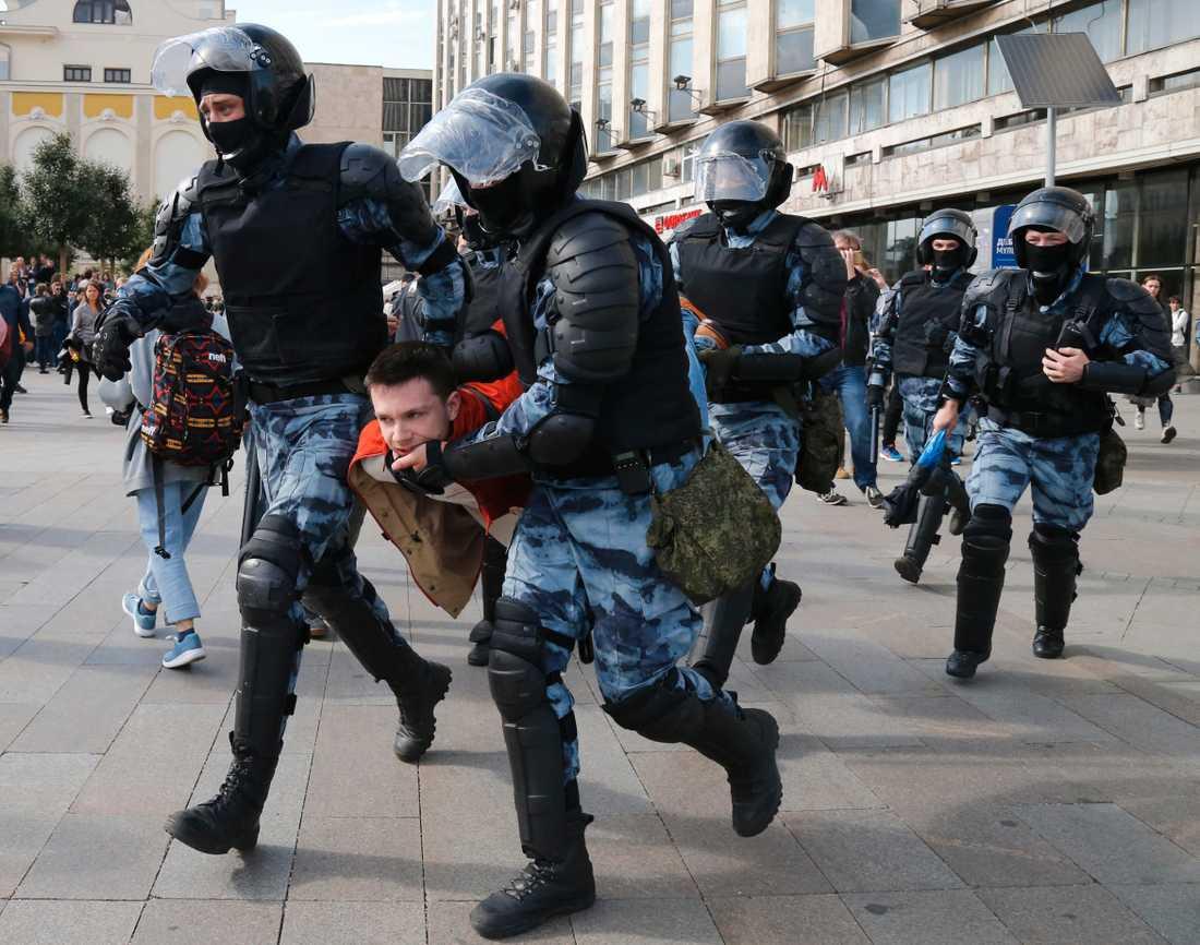 En demonstrant grips av Moskva-polisen under lördagens demonstration.