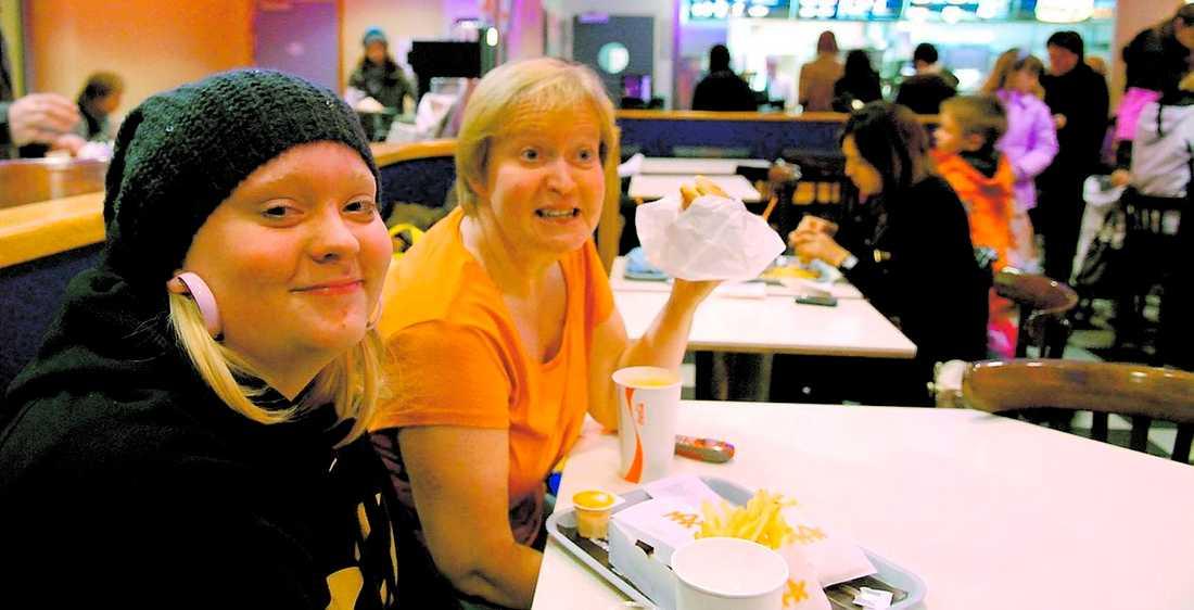 """MAX Magdalena Sundström och hennes mamma Ann-Marie sörjer inte att McDonalds stänger. """"Jag tycker McDonalds är mycket sämre – ofräschare och mindre gott"""", säger Ann-Marie."""