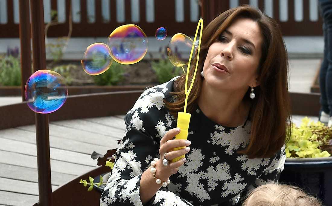 Danska kronprinsessan Mary blåser bubblor på Nya Karolinskas barnavdelning.