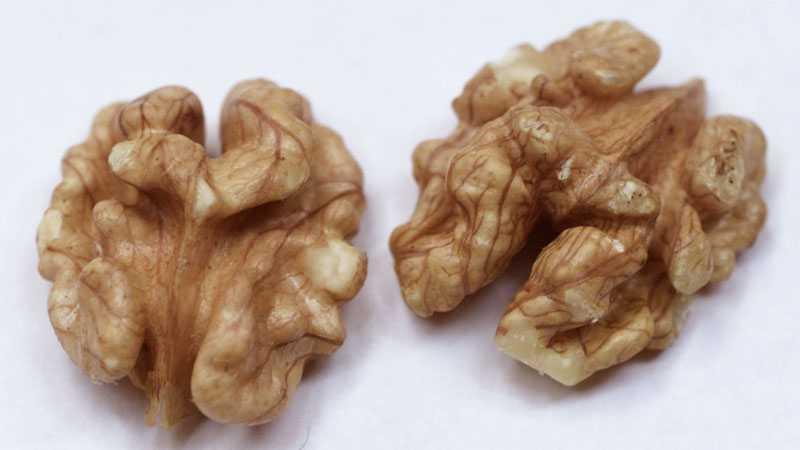 En näve nötter, cirka 12 stycken, till mellanmålet är ett bra alternativ.