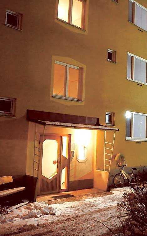 Kvinnan hittade död i sin lägenhet i Eskilstuna. En 33-årig man greps på platsen, misstänkt för mord.