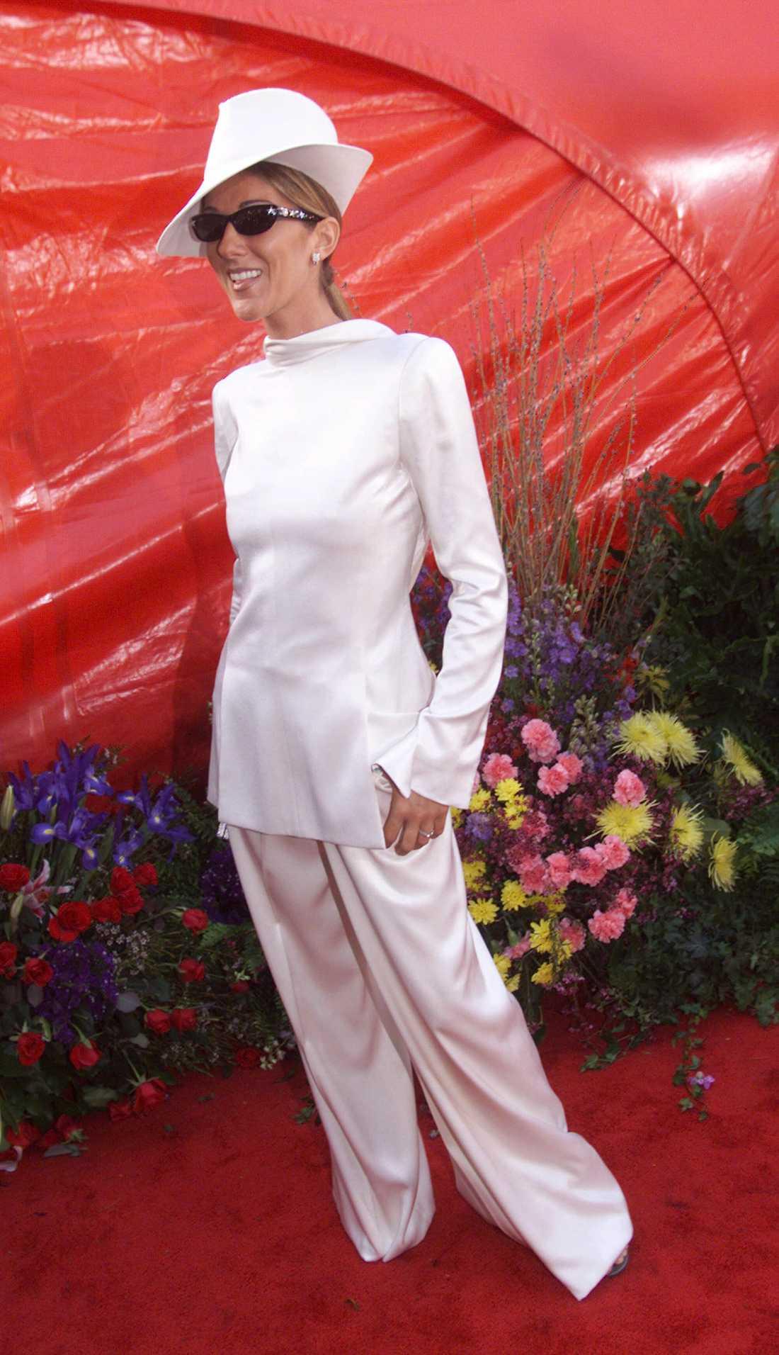 """Celine Dion 1999 """"Jag vet fortfarande inte om den här bakåtvända kostymen designad John Galliano matchad med en fedora och glittriga RayBans är en genilook eller bara galen? Då: kanske mer galen. Nu: spot on trendmässigt. Mode är konstigt ändå!"""""""