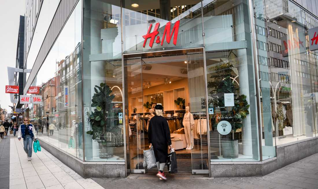 Var tredje H&M-butik Aftonbladets 200 sekunder besöker nekar en svart kvinna att byta sina kläder, trots att prislapparna är kvar på plaggen.