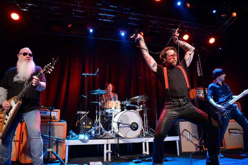 EN GRÄNSLÖS HYLLNING Eagles of Death Metal, med Jesse Hughes i spetsen, gjorde sin första spelning sedan terrorattackerna i Paris i november - inför en svensk publik.