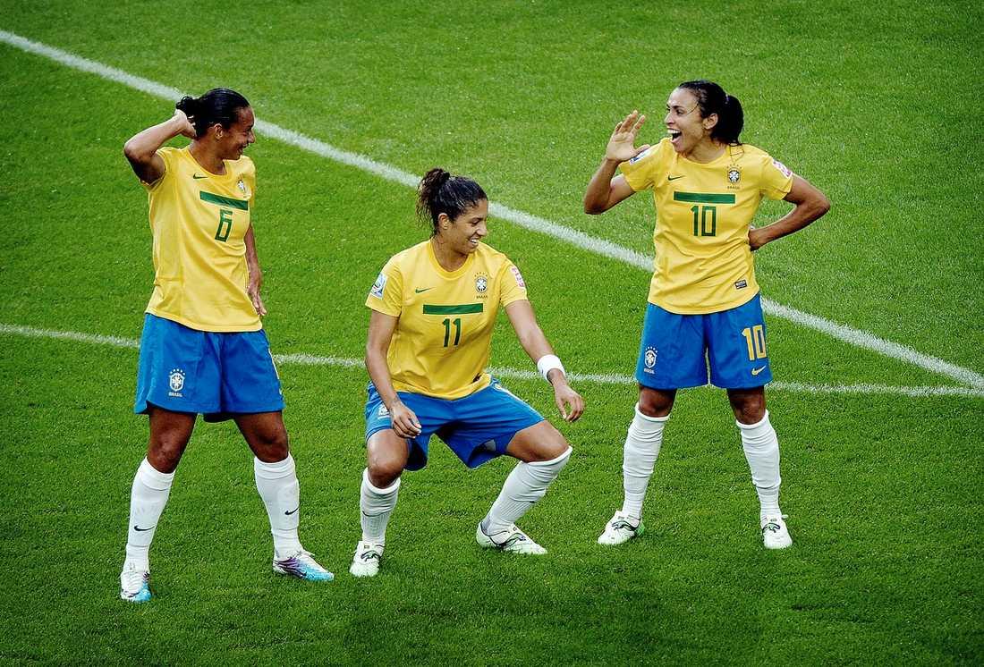 """Dans, dans, dans! Rosana, Cristiane och Marta firar 1–0-målet mot Norge. """"Vi vill ta den titel som var så jättenära förra VM"""", säger Marta som låg bakom alla tre mål."""