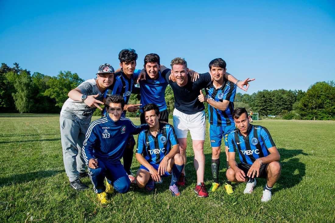En gång i veckan spelar killarna fotboll med Björn. Övre raden från vänster: Ali, Saidsameer, Mahdi, Björn och Abdulrazaq. Nedre raden: Jamshid, Javid, Karemi och Shamsudin.