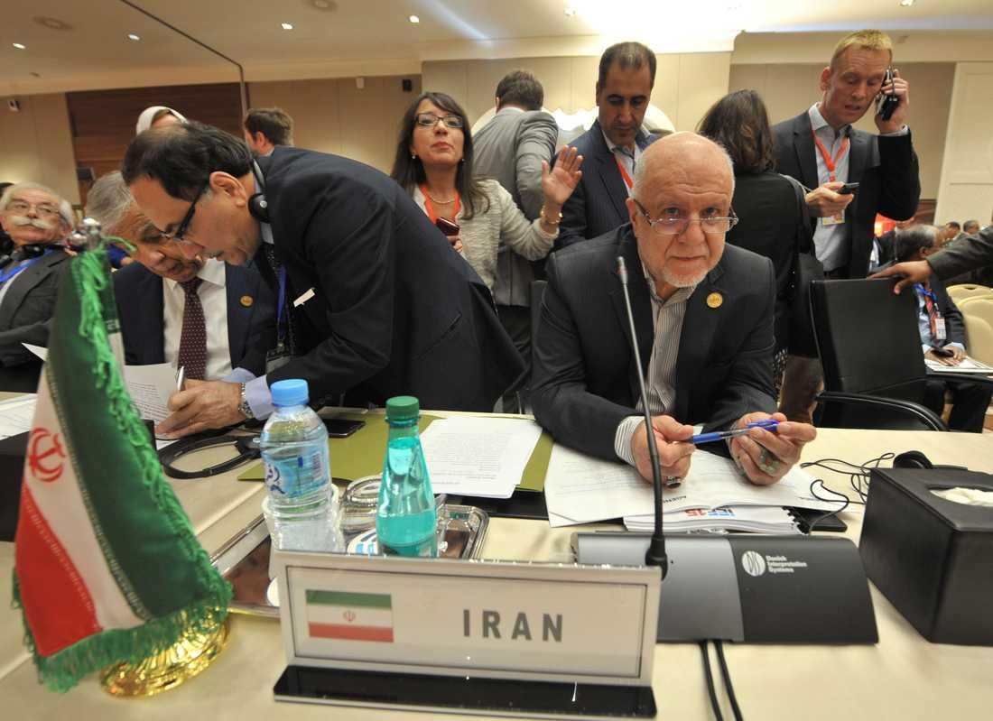 Irans oljeminister Bijan Namdar Zanganeh anser att USA använder sanktioner för att få ut sin egen olja på världsmarknaden. Arkivbild.