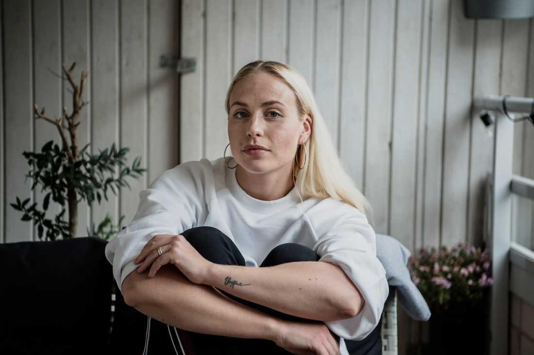 Mikaela Urbom led av anorexi i flera år, men nu är hon frisk och tycker om sig själv.