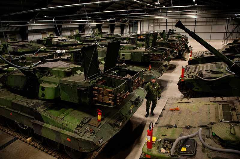 14 stridsvagnar står i ett förråd vid Tofta skjutfält.