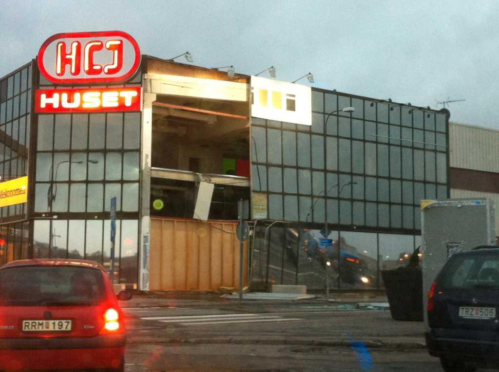 Fasad rasade På köpcentret Backaplan på Hissingen i Göteborg rasade delar av fasaden ner under eftermiddagen. Ingen kom till skada, men polis och räddningstjänst spärrade av platsen.