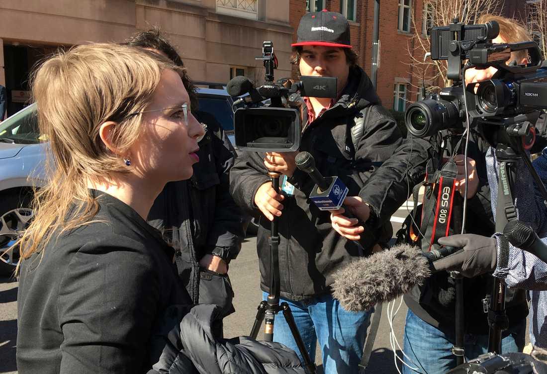 Visselblåsaren Chelsea Manning utanför en domstol i Virginia, USA, i mars. Arkivbild.