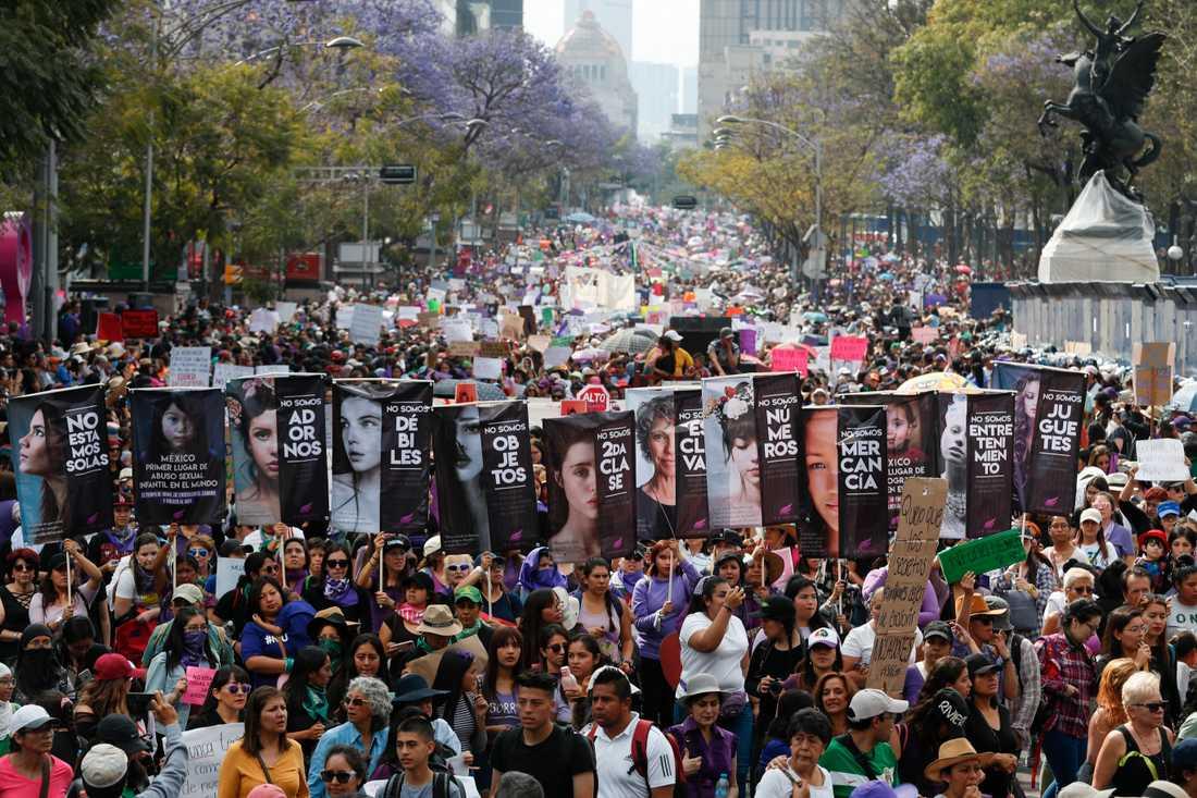 Tiotusentals människor tågade genom centrala Mexico City under internationella kvinnodagen i söndags. På måndagen fortsätter protesterna i form av en omfattande kvinnostrejk.