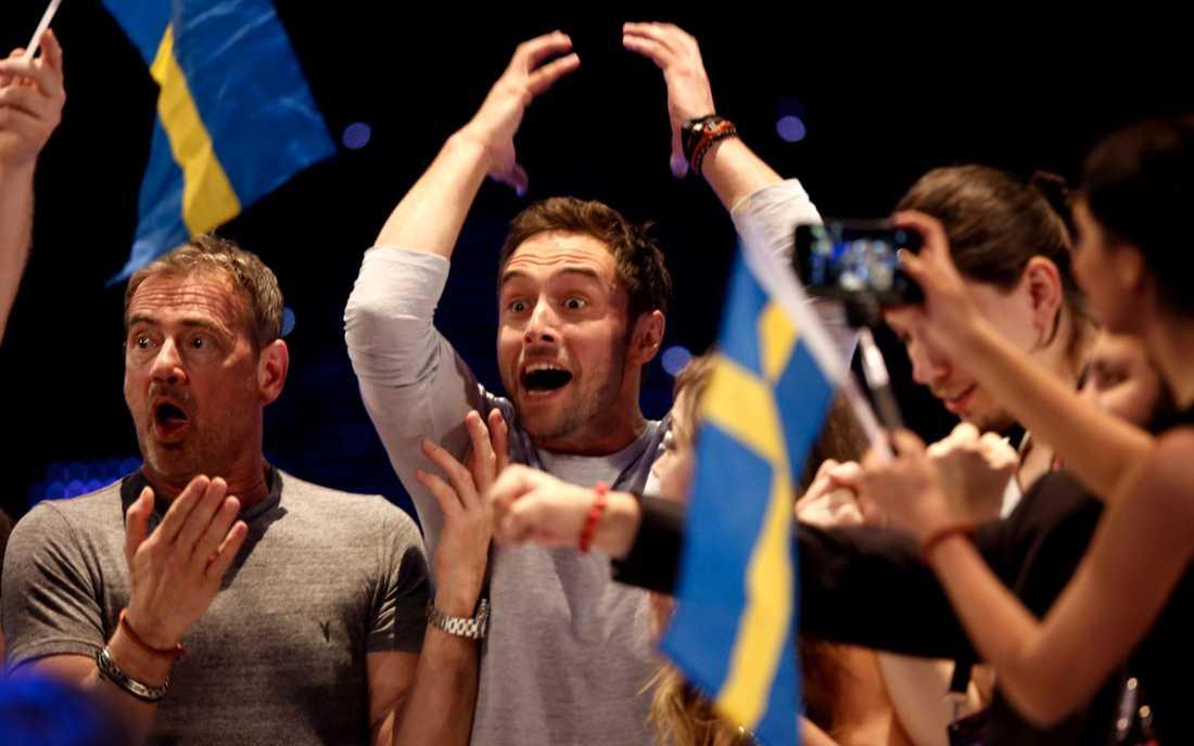 SEGERLYCKAN Måns Zelmerlöw och Christer Björkman firar segern i Eurovision.