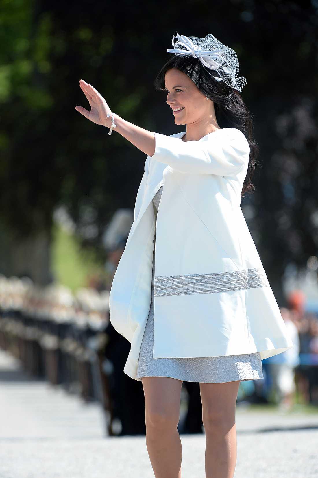 Sofia i en söt A-linjeformad klänning med matchande ytterplagg i samma snitt.