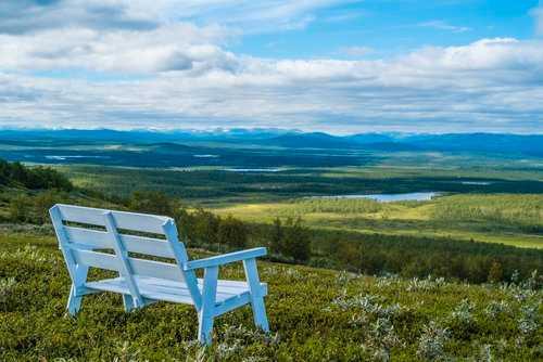 Nära toppen av berget Luossavaara i Kiruna finns en parkbänk där du kan njuta av fjällutsikten.