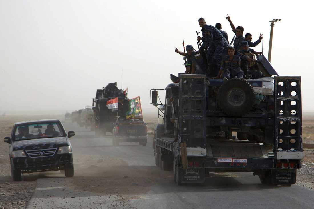 Irakiska soldater på väg till Qayyarah-basen i norra Irak inför offensiven för att återta Mosul.