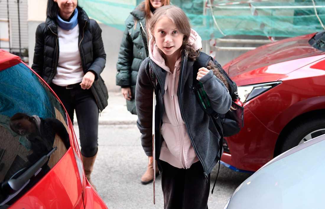 Greta Thunberg kom fram till ett stort pressuppbåd.