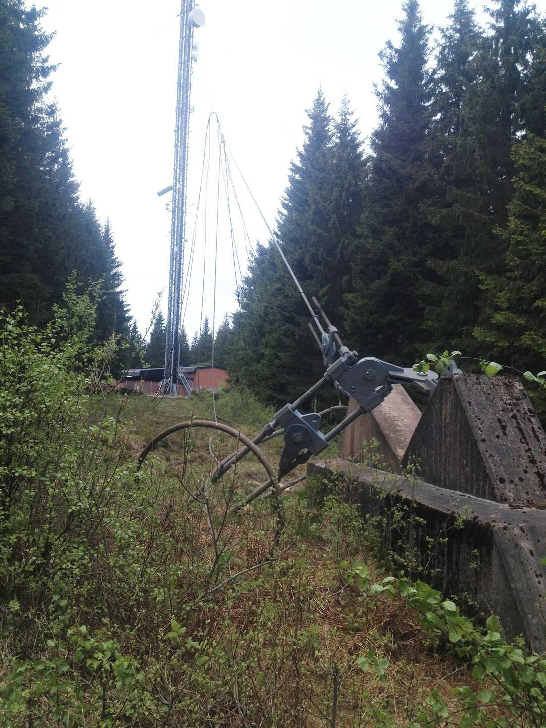 Fästen med bultarna som höll fast masten i Borås.