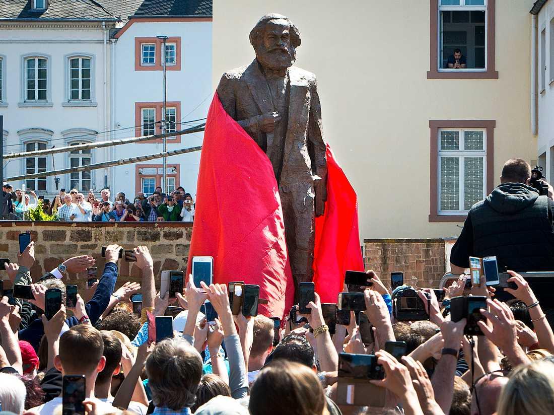 Bronsstatyn föreställande den tyske filosofen Karl Marx avtäcks på 200-årsdagen av hans födelse i den tyska staden Trier, på lördagen. Statyn är skapad av den kinesiske konstnären Wu Weishan.