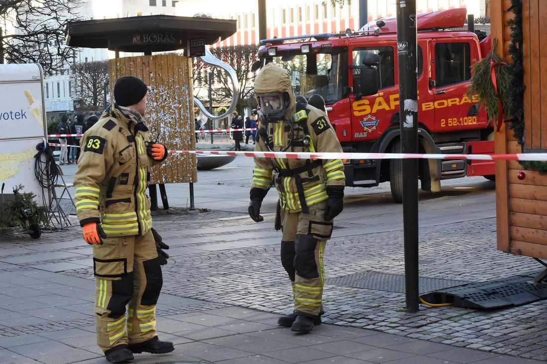 Räddningspersonal vid avspärrningarna utanför Borås tingsrätt.