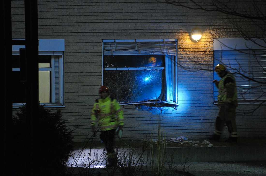 SPRÄNGLADDNING Strax före klockan tre i morse detonerade en sprängladdning vid polisstationen som ligger en kilometer från mordplatsen.