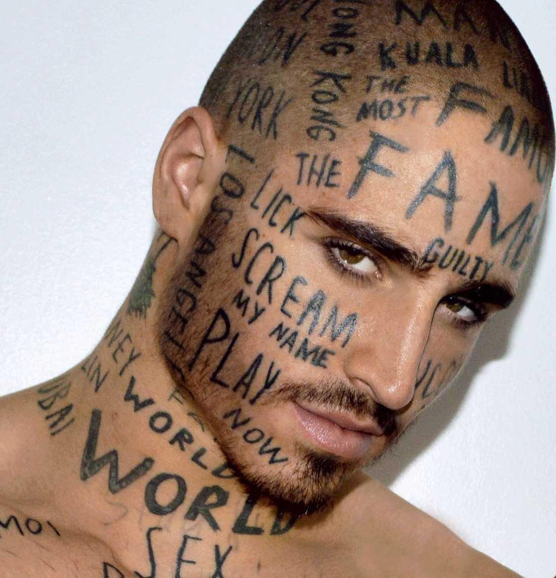 """Vin Los, 24, har 24 slumpmässigt valda ord intatuerat i hela ansiktet. """"Jag vill skapa en myt"""", säger han."""