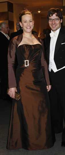 Maria Wetterstrand Axelbandslöst är en av de stora klänningstrenderna just nu. Jag hade gärna sett att hon bar den just så. Jag hade skippat ärmarna och låtit klänningen vara axelbandslös. Betyg: 2/5