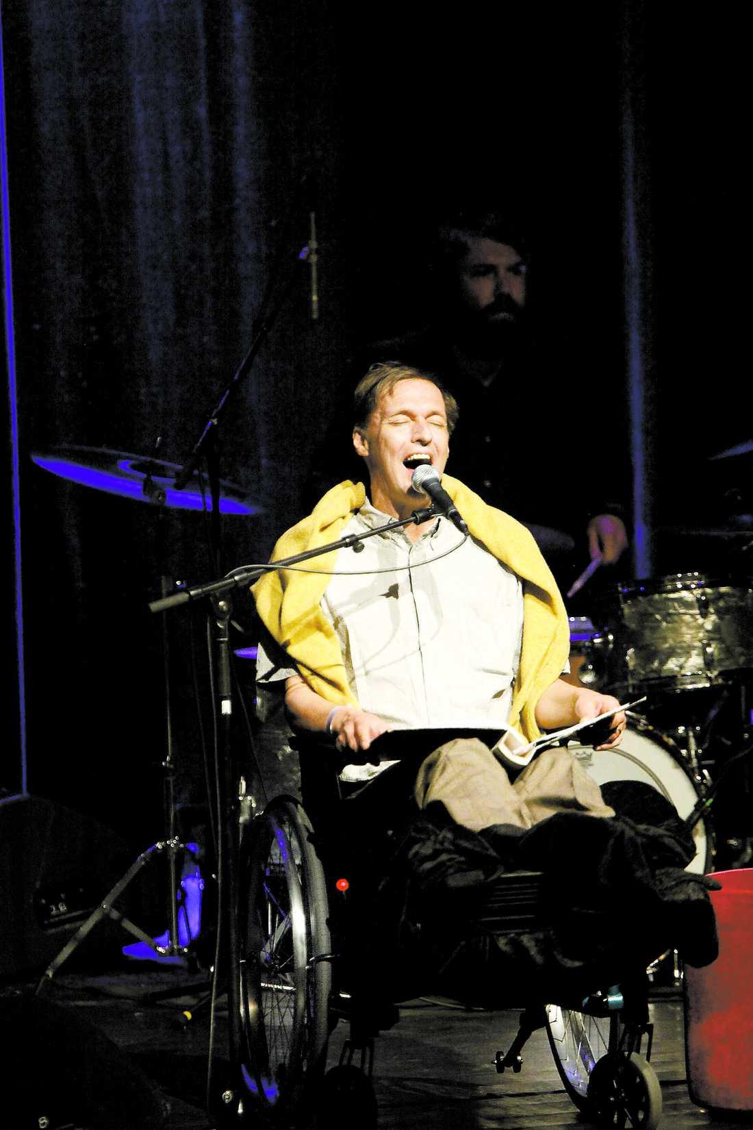 Trots att Olle Ljungström hade fötterna i bandage och sjöng ur en pärm sprakade det på scenen 2011.