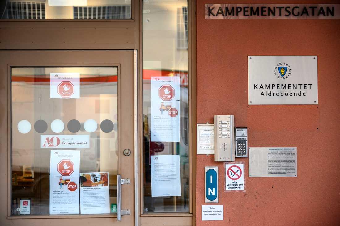 Folkhälsomyndigheten har utfärdat ett tillfälligt besöksförbud på särskilda boenden i 32 kommuner. Arkivbild.