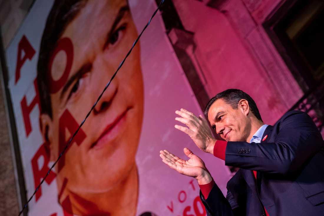 PSOE, lett av Pedro Sánchez, förlorar mandat, men väntas som största parti ändå försöka bilda regering i Spanien.