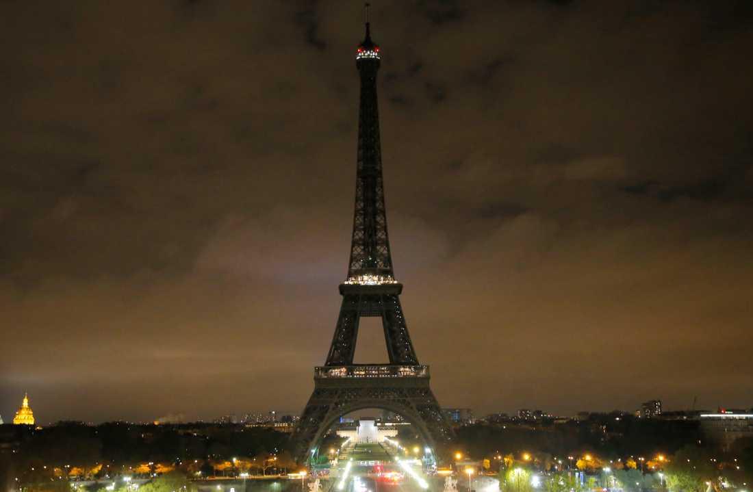 Eiffeltornet när det släcktes den 5 april 2017 efter bombattackerna i S:t Petersburgs tunnelbana.