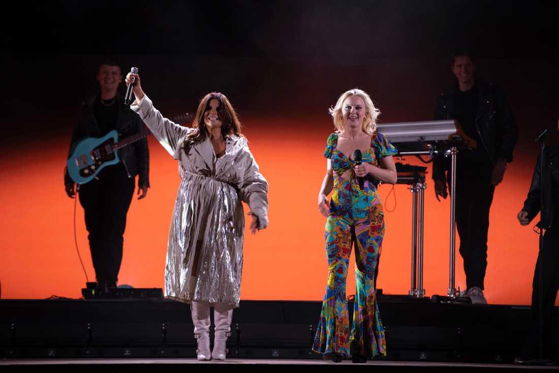 Carola och Zara Larsson under Late night concerts på Gröna Lund i somras. Pressbild.