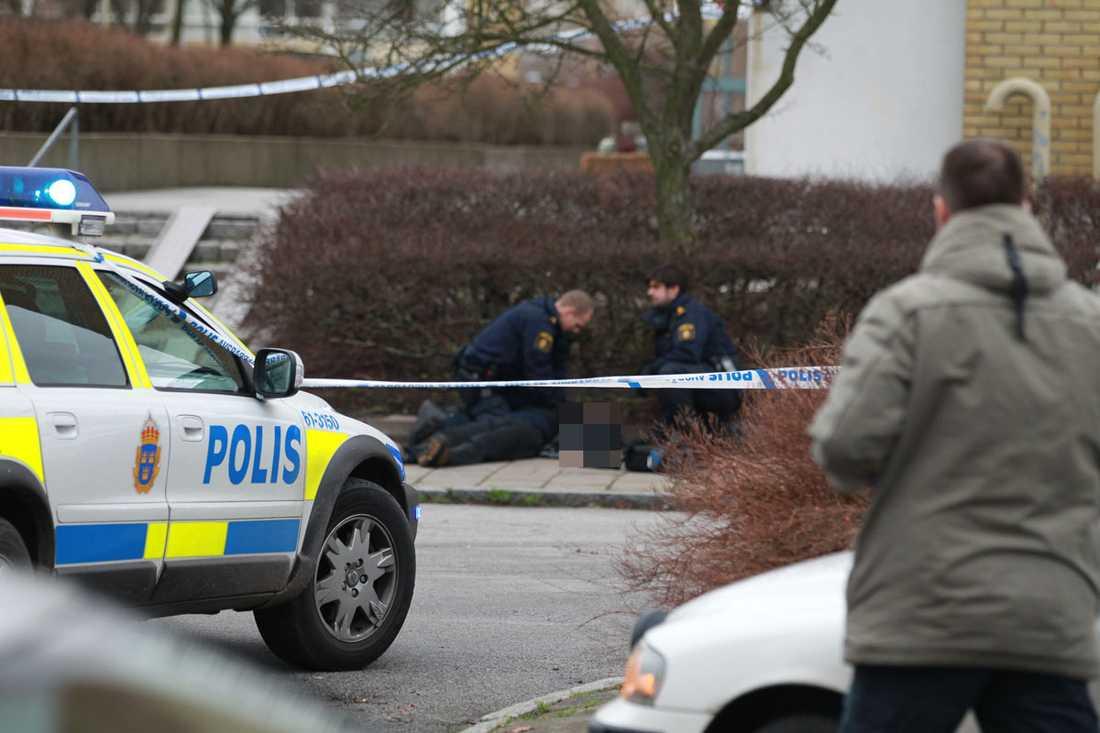 Charles, 48, sköts till döds på öppen gata. Nu har en man häktats.