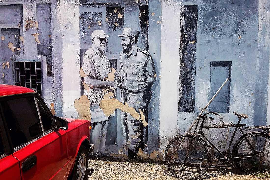En muralmålning föreställande den amerikanska författaren Ernest Hemingway tillsammans med Fidel Castro.