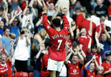 """FANSENS FAVORIT Christian Ronaldo gjorde en bejublad debut på Old Trafford i går och publiken tycktes redan ha glömt den flyktade nummer 7: David Beckham. """"Fansen har fått en ny hjälte"""", berömde Sir Alex Ferguson."""