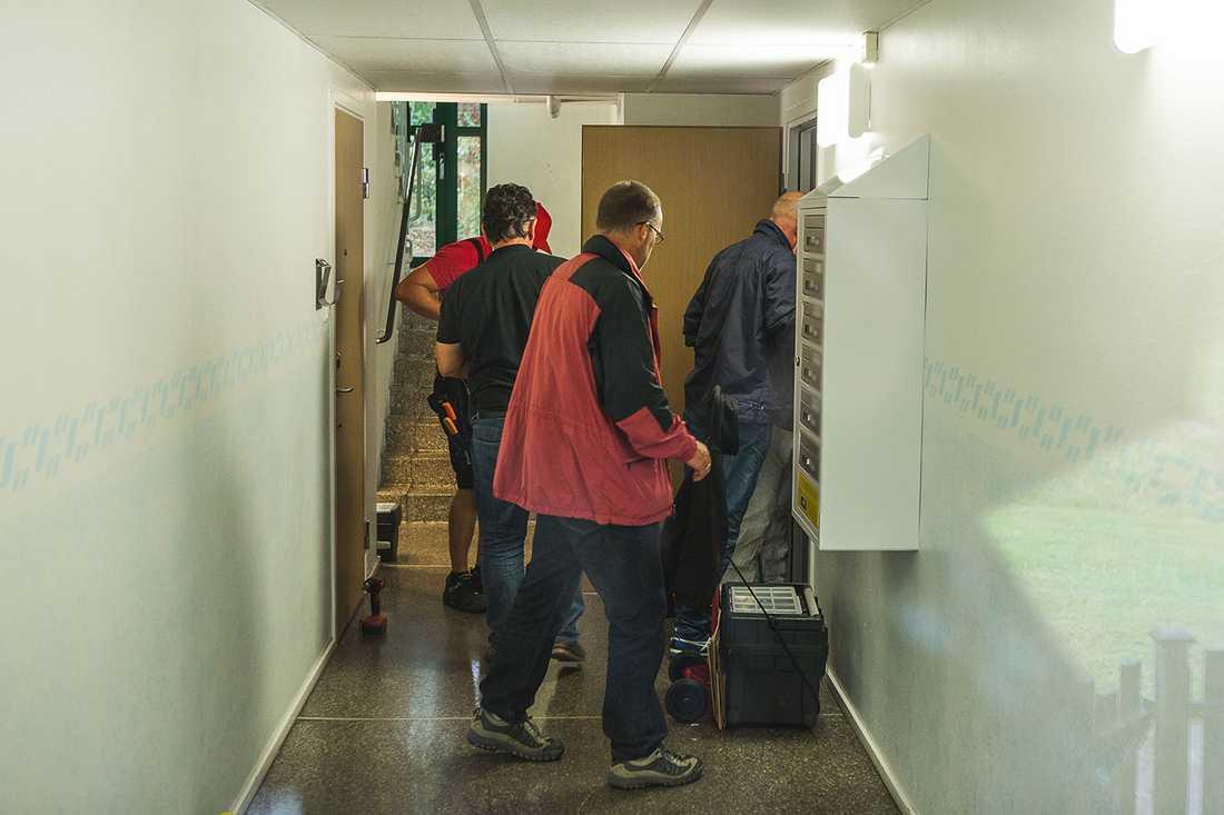 Polis och tekniker går in i lägenheten.